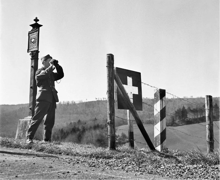 Ein Soldat der Schweizer Armee bewacht im April 1945 im Kanton Schaffhausen die Schweizer Grenze.